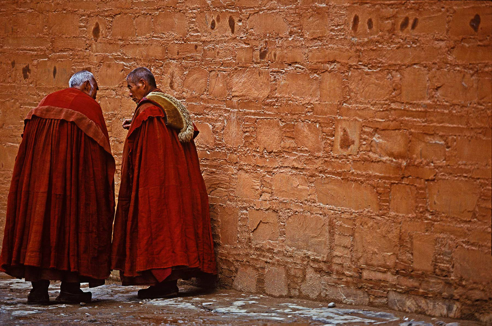 09-Elderly-monks-wallChina